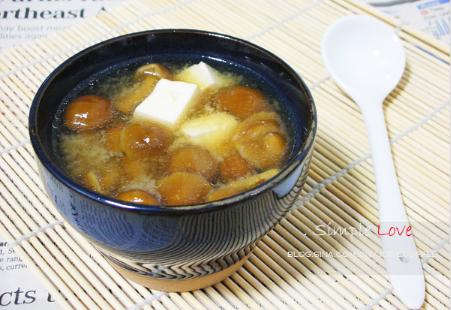 蘑菇煮豆腐酱汤