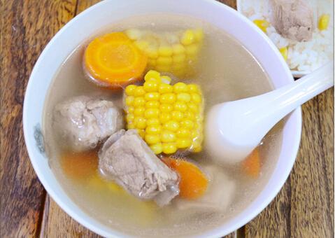 胡萝卜玉米排骨汤的做法[有图]