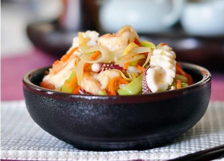 洋葱炒鲜虾鱿鱼的做法