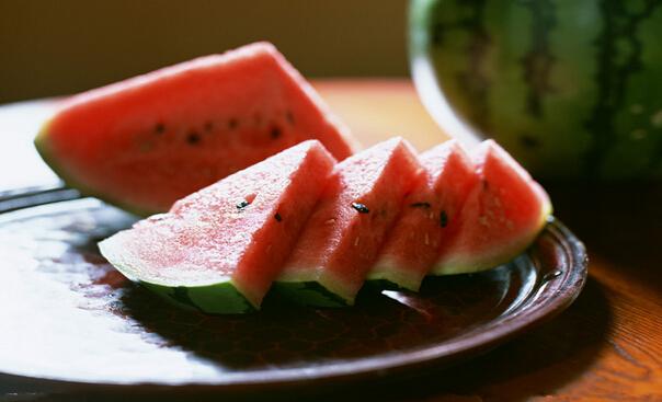 来月经可以吃西瓜吗,月经期间可以吃西瓜吗,月经期不能吃的食物,月经期间不能吃什么